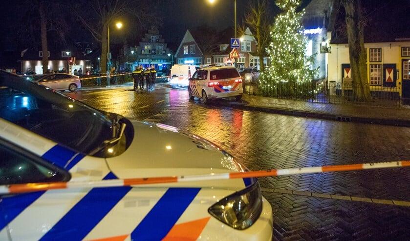 <p>De politie bij t&#39; Bonte Paard op de avond van de vechtpartij. Daarbij werd er ook door de politie geschoten.</p>