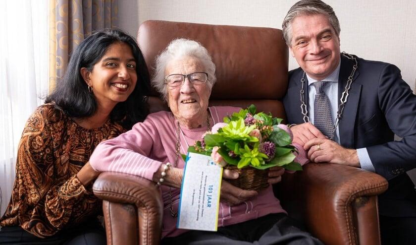 Mevrouw Huijmans-Goedemans kreeg de burgemeester en zijn vrouw op bezoek.