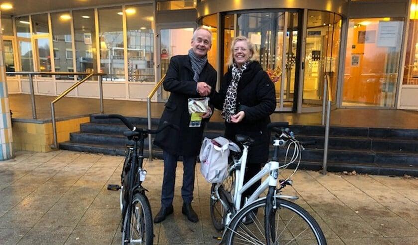 Na afloop van de fietstocht kreeg de burgemeester lampjes en Huizer speculaasjes.