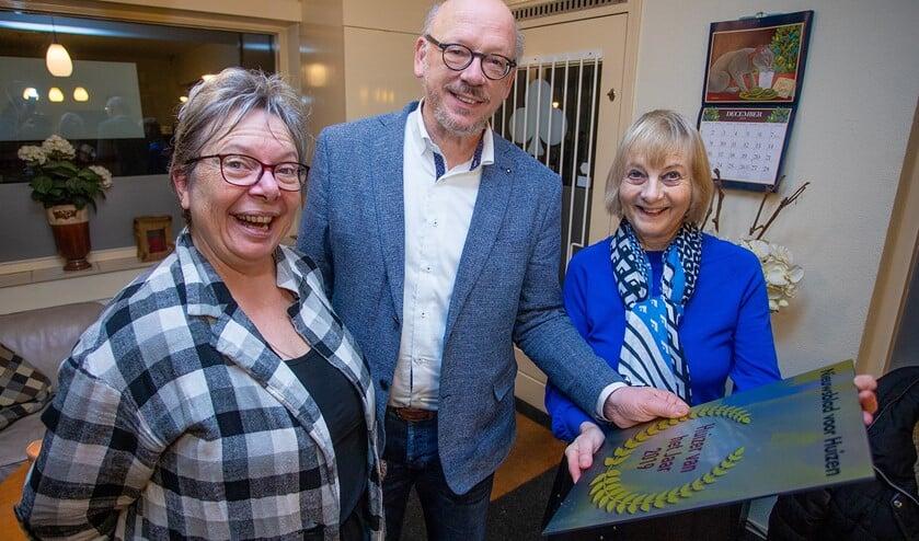 Ineke (rechts) verrast haar medebestuursleden Loekie en Kees met de award Huizer van het Jaar 2019.
