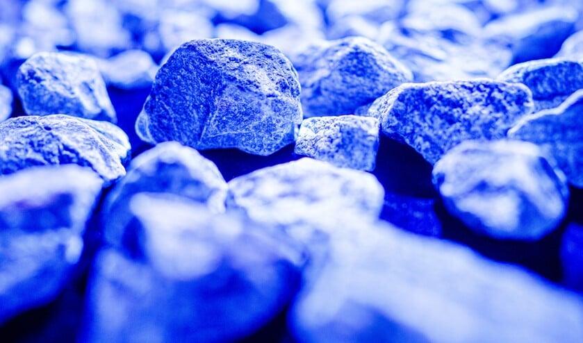 Een aantal van de lichtgevende stenen van het Holocaustmonument Levenslicht  van Daan Roosegaarde en zijn team.