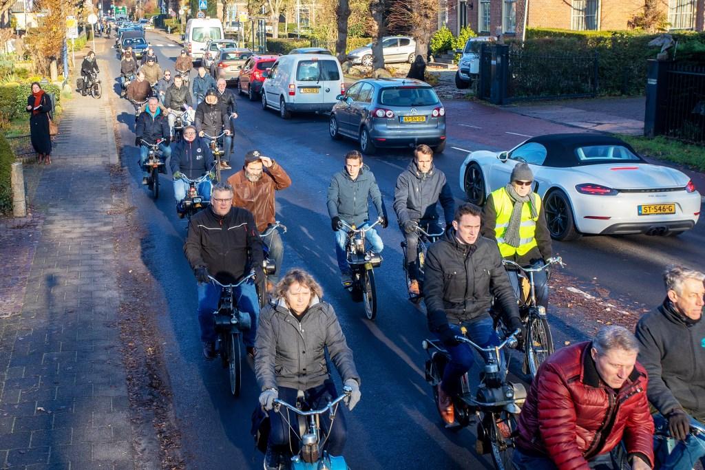 De rouwstoet werd begeleid door een grote groep vrienden op de Solex. Foto: De rouwstoet werd begeleid door een grote groep vrienden op de Solex. © Enter Media