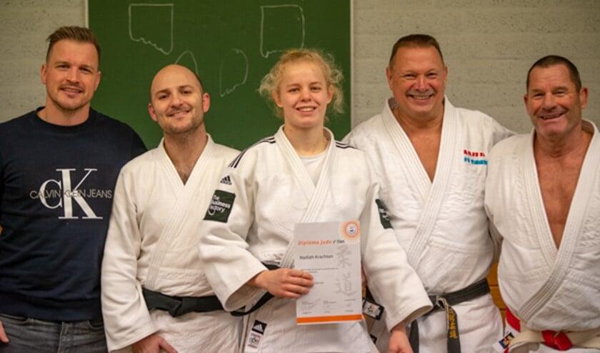Nadiah tussen al haar trainers. Van links naar rechts: Jasper Huitsing, Jeroen Dahmen, Nadiah Krachten, Ruud Schras en John Bakker.