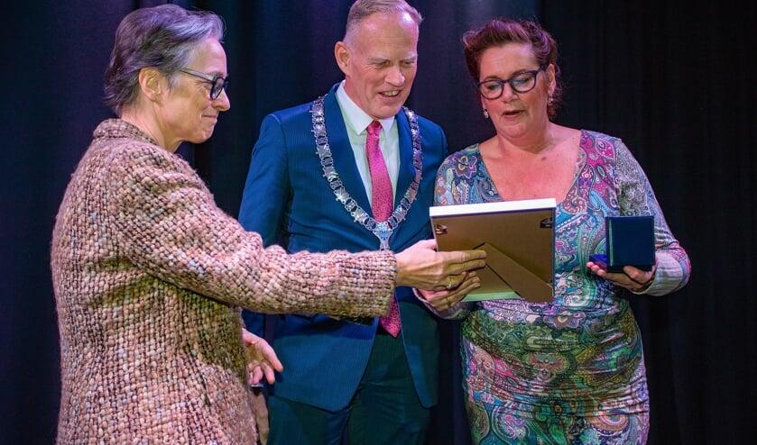 Wethouder Boudewijnse, burgemeester Han ter Heegde en Margot de Bekker.