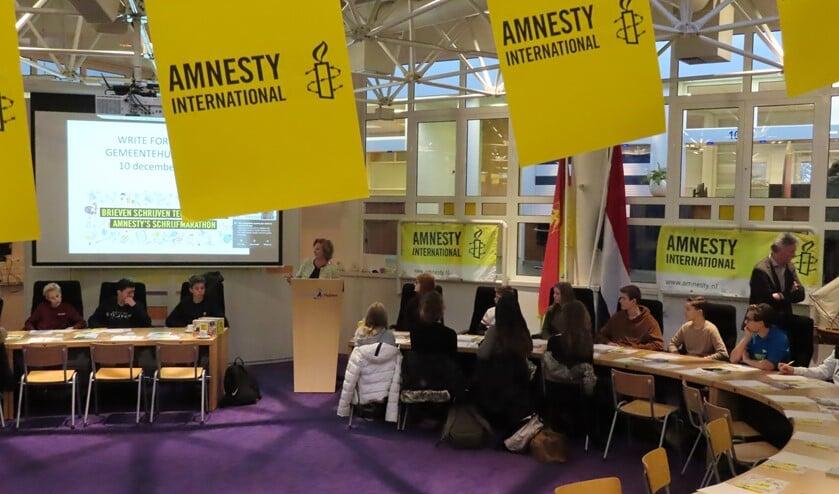 Wethouder Marlous Verbeek opent de schrijfactie van scholieren in de raadzaal.