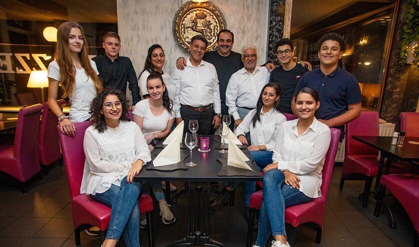 Nico en Medhat Hanna (staand met wit overhemd) met het team in restaurant Mazzel Huizen.