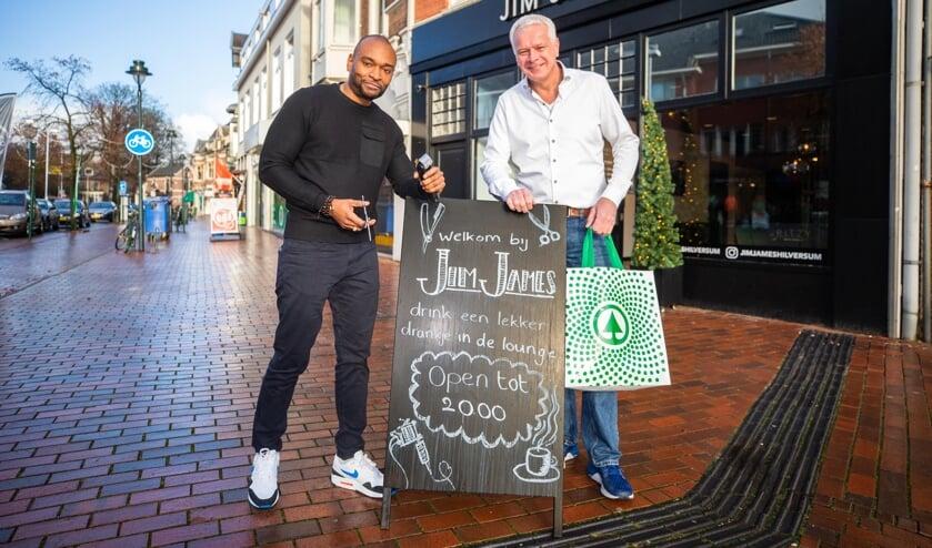 De ondernemers James Noter (links) en Mark van 't Veer zijn klaar voor zondag; de scharen zijn geslepen, de Spar-tassen gevuld voor daklozen.