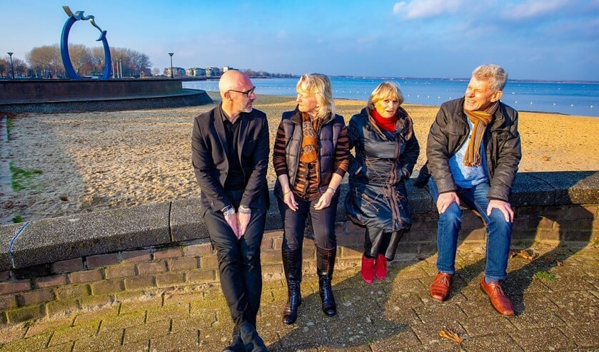Van links naar rechts: Ondernemer Chris Koop,  bewoners Janine Francken en Ellen Visser en watersporter Rink Jan Slotema in gesprek met elkaar over de Kustvisie.
