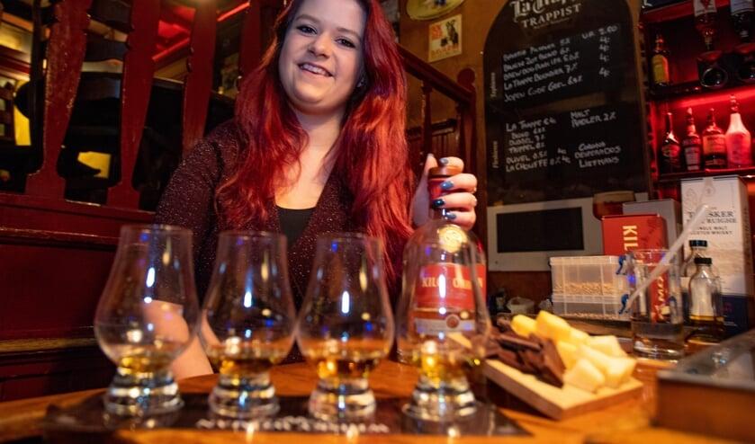 Melody Reekers heeft in Café De Peuk voor alle belangstellenden vier glazen én lekkernijen klaar staan.