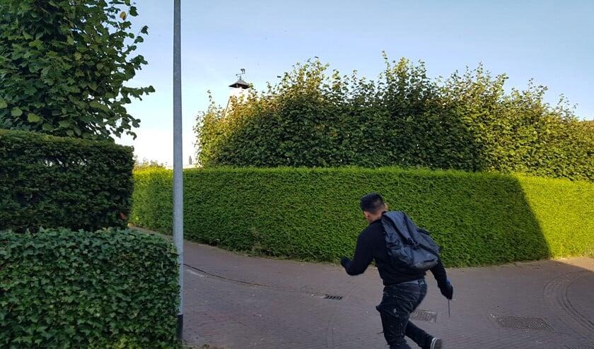Een van de verdachten rent weg met een schroevendraaier in de hand.