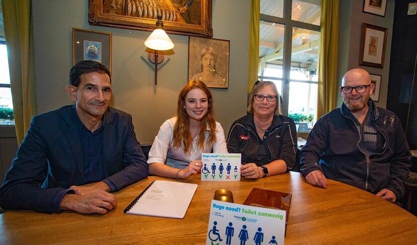 Wethouder Maarten Hoelscher, Marjolein Groen, Hanneke Postman en Frank Wiegers met de toegankelijkheidssticker.