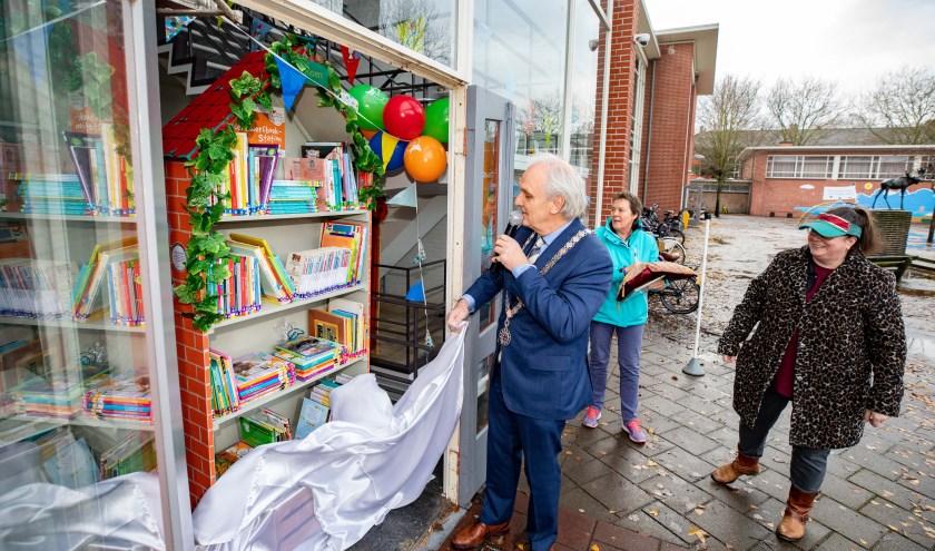 Burgemeester Pieter Broertjes onthulde vorige week het zwerfboekstation in Oost.