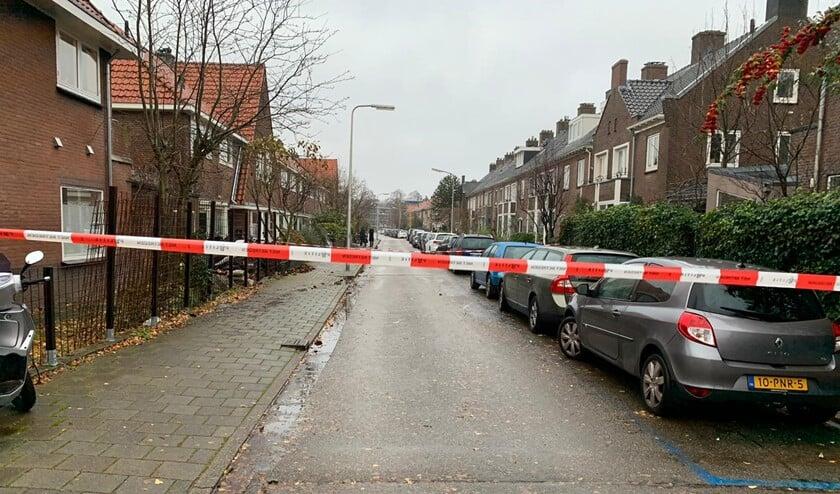 De straat is afgezet in verband met het onderzoek van de recherche.