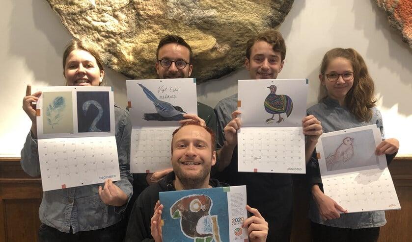 Kim, Mitchel, Laurens, Lara en Sander laten de 2020 kunstkalender van Papageno trots zien.
