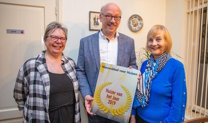 Loekie Wiegerinck, Kees de Kok en Ineke van Herwegen met de award Huizer van het Jaar 2019.