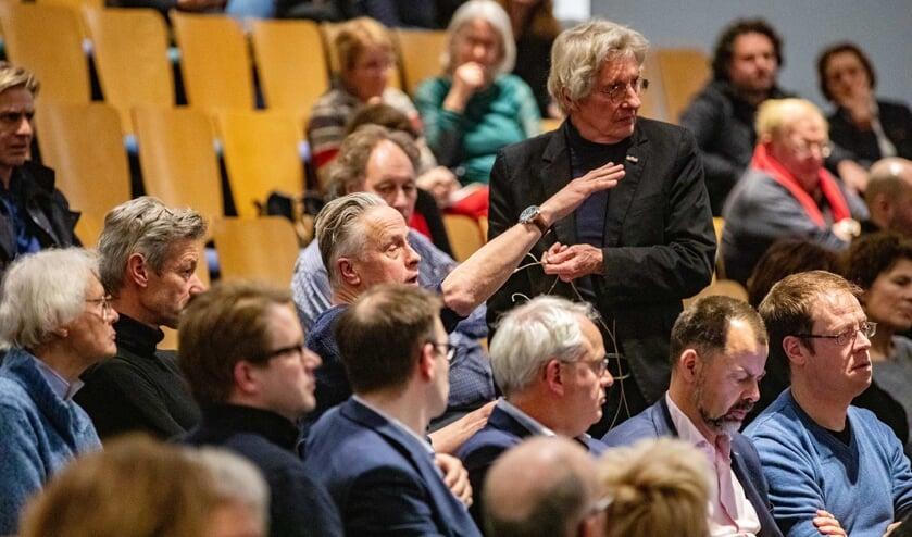 HAP-voorzitter Peter van Dulst (met de microfoon in zijn hand) tijdens de discussie vorig jaar over de verbinding tussen oost en west.