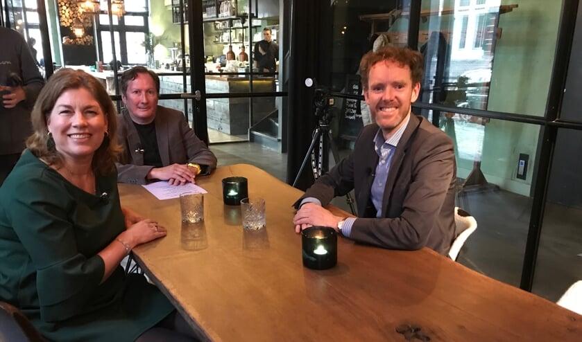 Miriam van Meerten (VVD), presentator Ruud Bochardt en Michel Klein (CU) bespreken de verkiezingen.