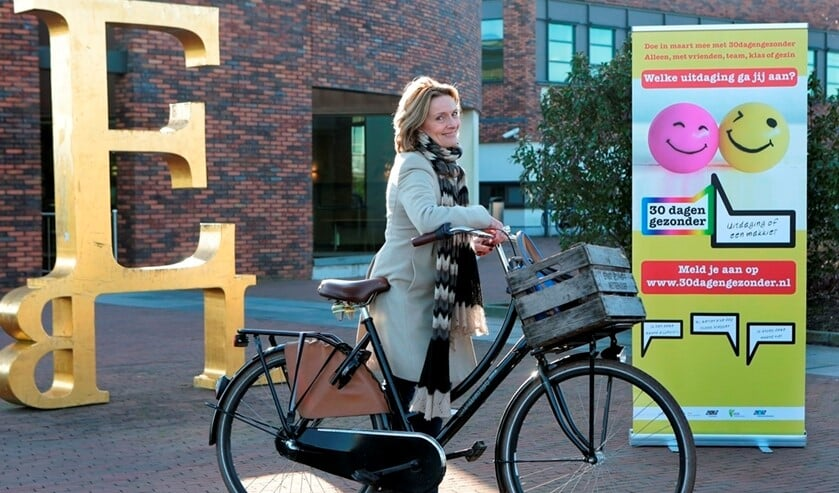 Wethouder Karin van Hunnik gaat op de fiets.