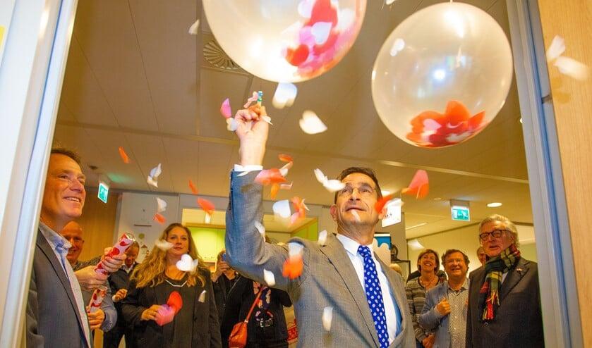 Wethouder Maarten Hoelscher prikte een jaar geleden de balonnen door van de SOA-poli bij de GGD in Bussum.