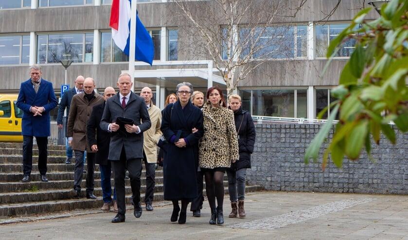Collegeleden en collega-ambtenaren op weg naar de Koepelkerk.