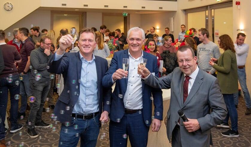Wethouder Reijn (r), Frank Klomp en Erik Vos (l) toosten met toekomstige bewoners op de bouwstart van Ruijtersweide.