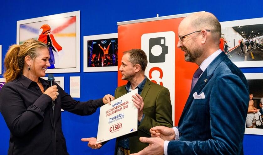 Cynthia Boll, uitreiking metHenri van Rheenen, CameraNU en Marcel Molle, voorzitter Zilveren Camera.