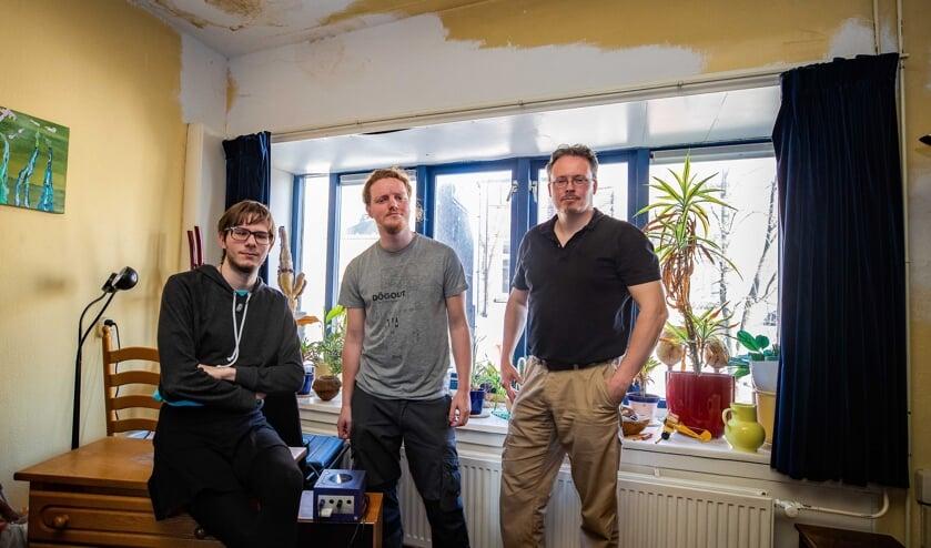 Van linksaf: Dennis Dekker, Thijs Dolman en Volmer Montsma poseren voor het zwaargehavende plafond.