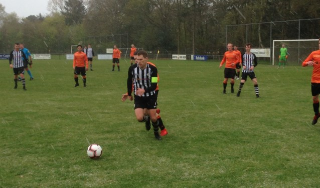 Bart Kaarsgaren aan de bal tijdens de wedstrijd tegen Altius.