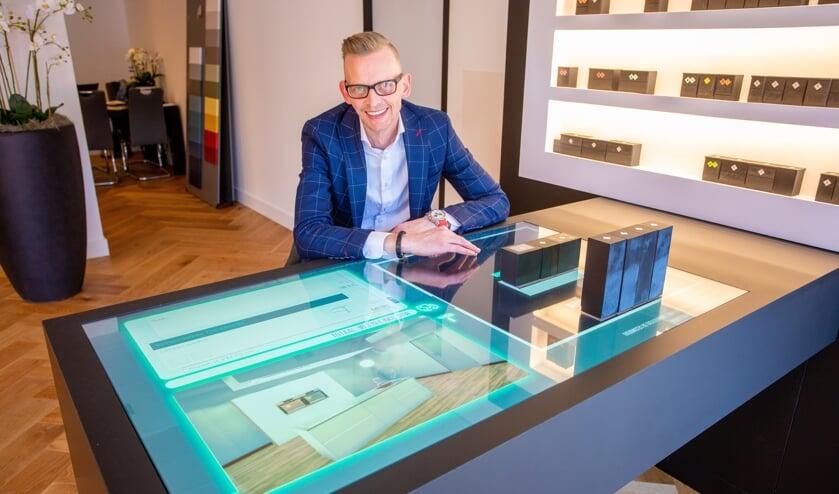 Michel toont de tekentafel waarmee de keuken en prijs direct inzichtelijk zijn.