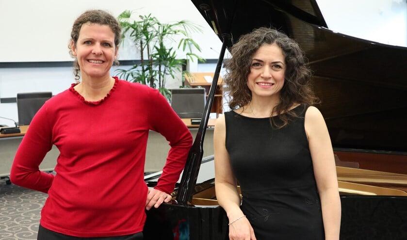 De Turkse sopraan Gonca Gürses van Herpen en pianiste Ineke Canté.