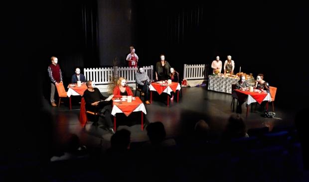 <p>Theatergroep Diemen tijdens een voorstelling in mei 2019.</p>