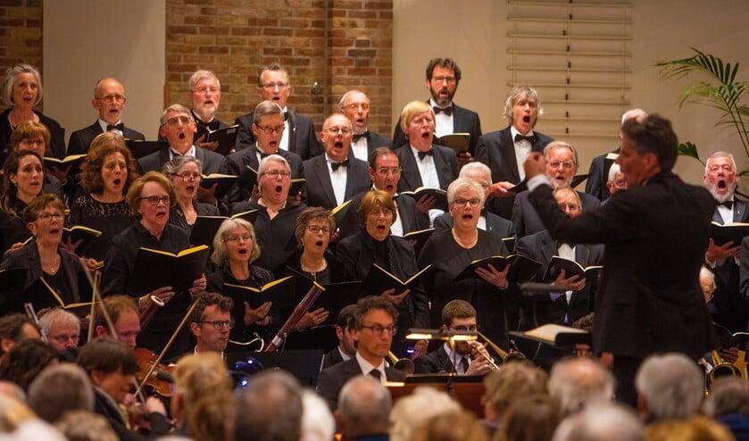<p>COV Excelsior tijdens de 4-mei herdenking van 2019. Een concert dat het koor de inwoners cadeau deed voor haar 100-jarig jubileum.</p>