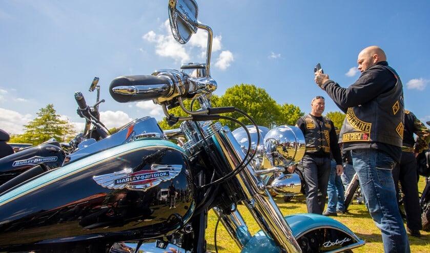 Bezoekers genoten van de Harley Davidson motoren.