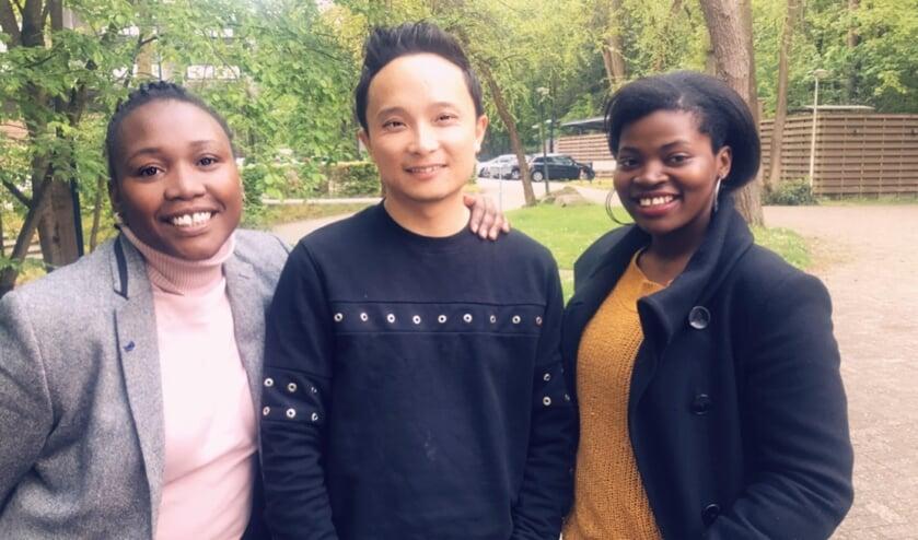 Vanaf links: Sly Ndlovu, Lei Ma en Stellah Nambuya zijn van One Hilversum, de organisatie van de Afrikadag.