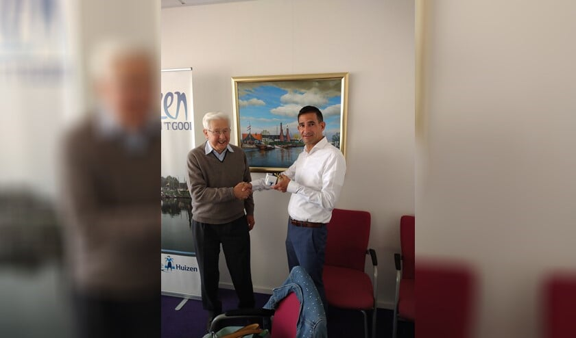 Frits Veerman wordt bedankt door wethouder Maarten Hoelscher.