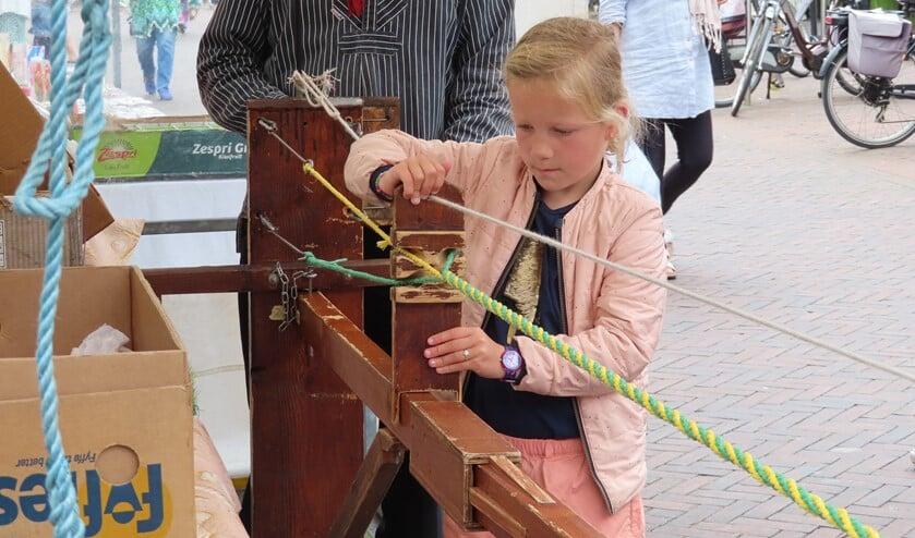 Dit meisje mocht de touwslager helpen.