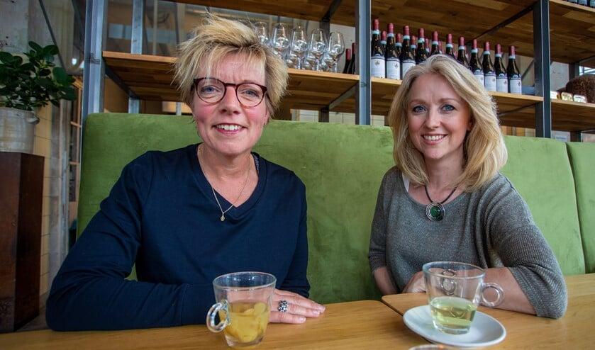 Sylvia van Stuijvenberg (l) en Silvia van Beusekom van de Stichting Gooise Culturele Evenementen.
