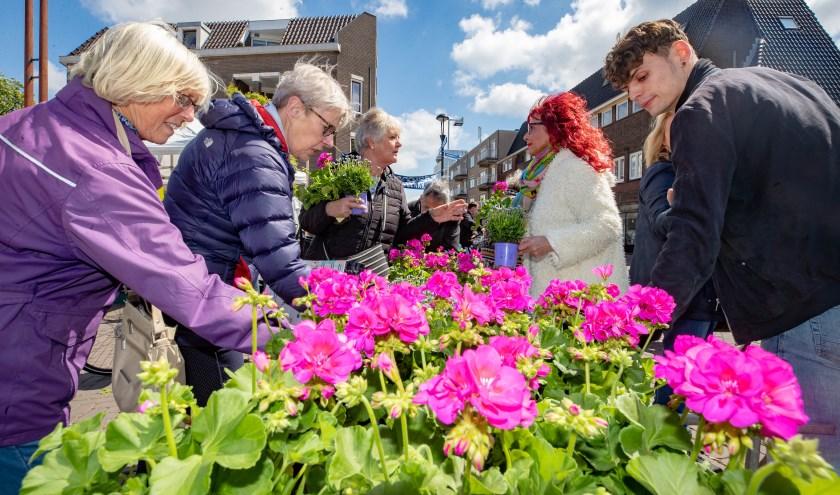 Veel bezoekers van de markt kregen uit handen van onder meer Monica Tijdink een plantje.