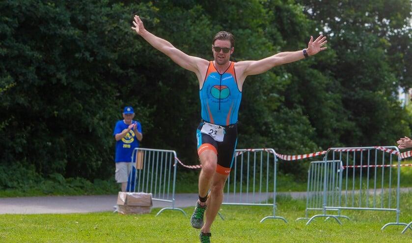 Tim Vreeburg komt juichend over de finish.