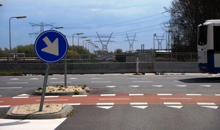 De betonblokken met het hek erachter staan nog wel enige tijd op de Nuonweg.