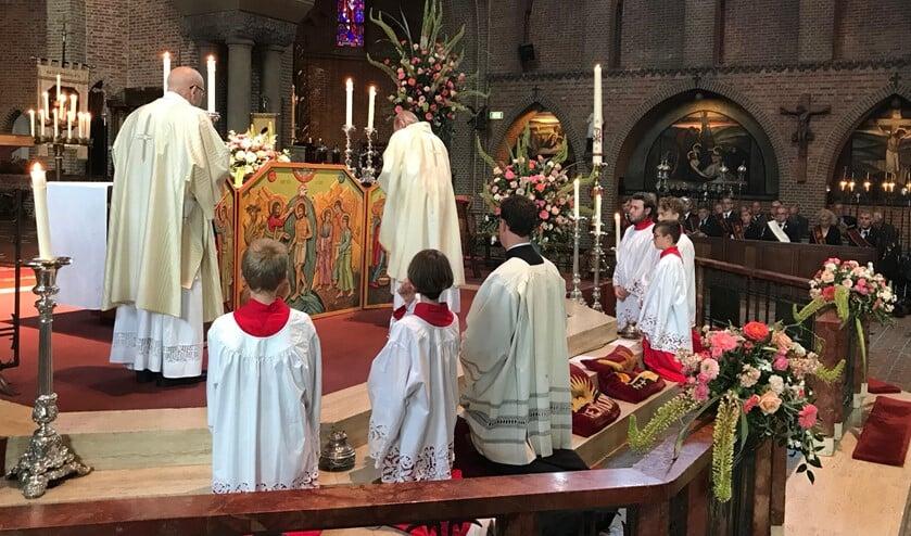 Tijdens de inwijding van het drieluik.