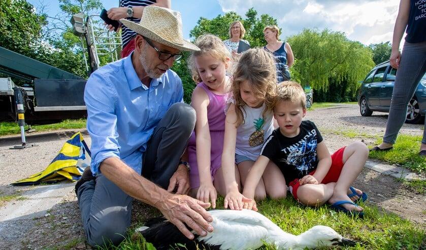 Bert van den Brink met zijn kleinkinderen.
