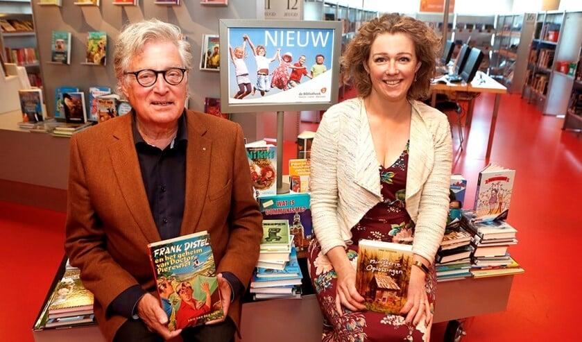 Wethouder Gerard Knoop en bibliotheekmedewerkster Merel Barnard.
