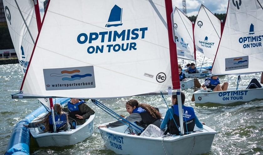 Ook de watersporten presenteren zich weer en jeugd kan leren zeilen bij Optimist on Tour.