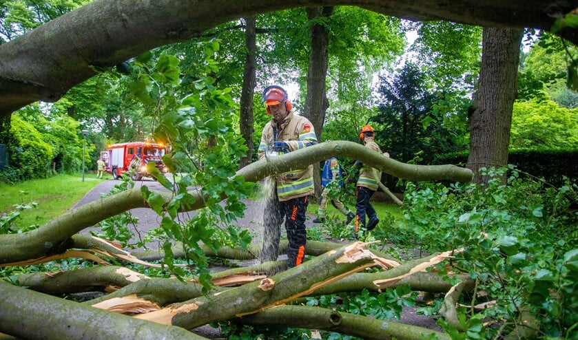 <p>Stormschade veroorzaak wel vaak overlast, maar daar hoeft de brandweer niet altijd met spoed naar toe.</p>