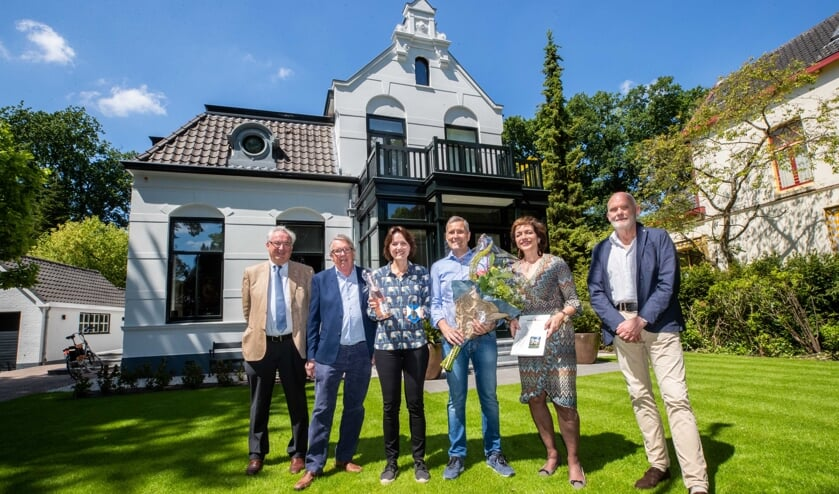Het echtpaar Meijers (midden) kreeg afgelopen week de prijs van de bestuursleden van Pas Op!.