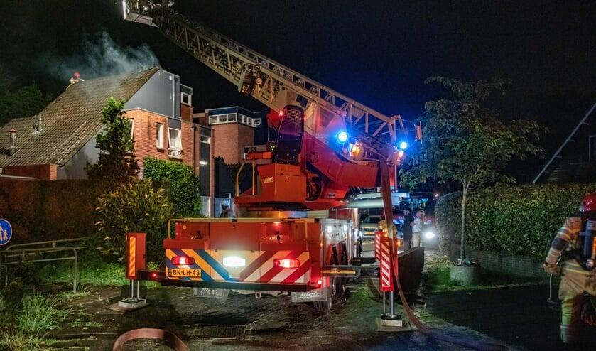 De brandweer was een uur druk doende om de brand onder controle te krijgen.