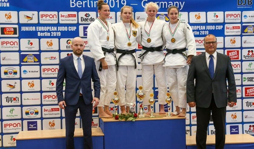 Nadiah Krachten, tweede van rechts, heeft brons gewonnen in Berlijn.