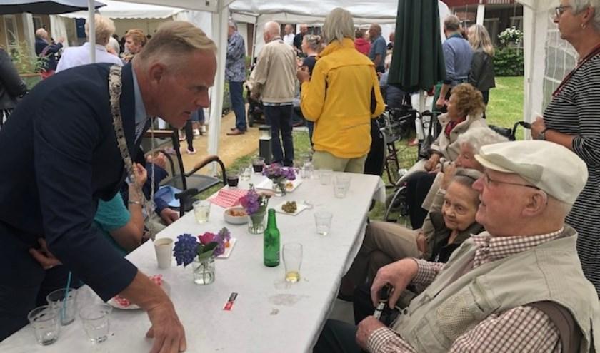 Burgemeester Han ter Heegde sprak met bewoners van De Florisberg.