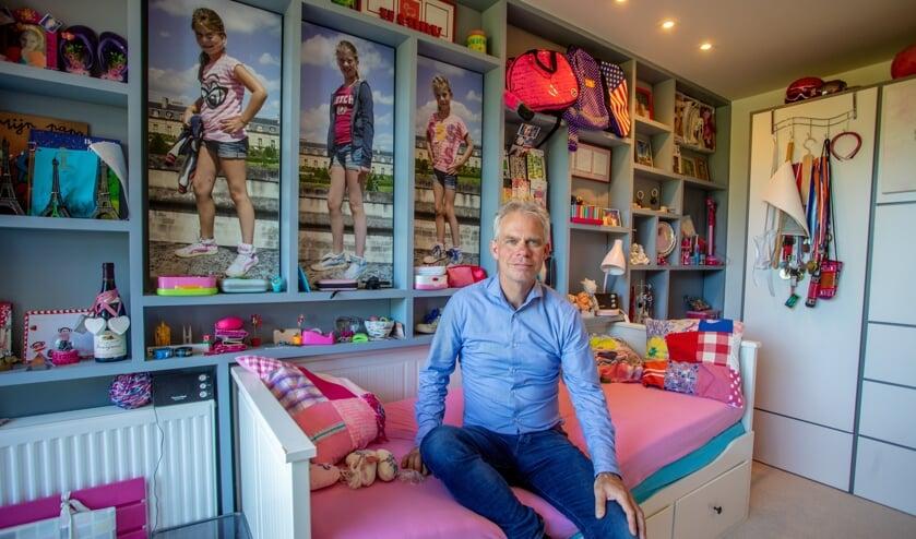 Peter is heel graag op zijn werkkamer, tussen de spulletjes en foto's van zijn meiden.